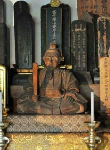 軍艦衣笠に載せられたものと同型の三浦大介義明公像